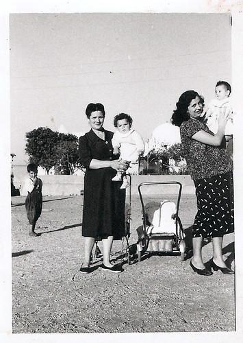 Javier Aranda en brazos de su madre