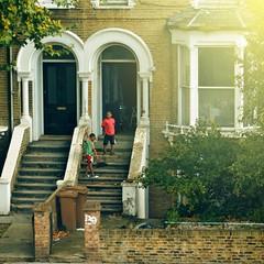 Kids tidying up the door step / London Street Photography (Alvaro Arregui) Tags: street urban black london kids zeiss canon streetphotography cleaning hasselblad doorstep planar londoners tidyingup zeissplanar 80mm28 londonder alvaroarregui canon550d