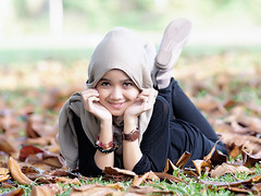 #850C2271- Lestari on fall leaves (crimsonbelt) Tags: portrait fall beach leaves hijab balikpapan lestari kemala sal135f18za