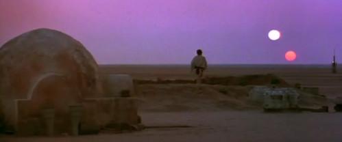 Luke camina por Tatooine