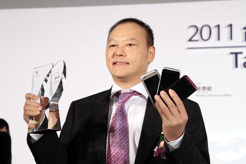 宏達電執行長周永明手持HTC手機與2011台灣20大國際品牌獎座_20110921_數位時代