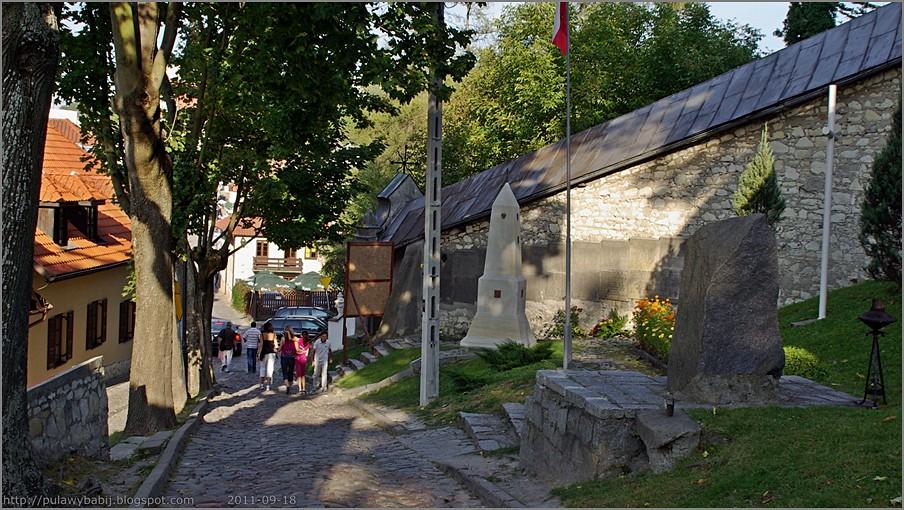 Kazimierz Dolny obelisk poświęcony Józefowi Piłsudskiemu