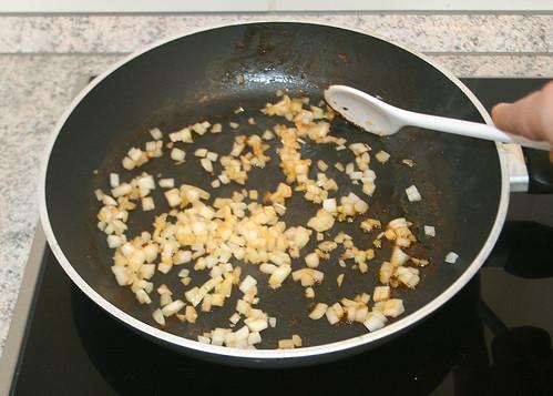 22 - Zwiebeln anschwitzen