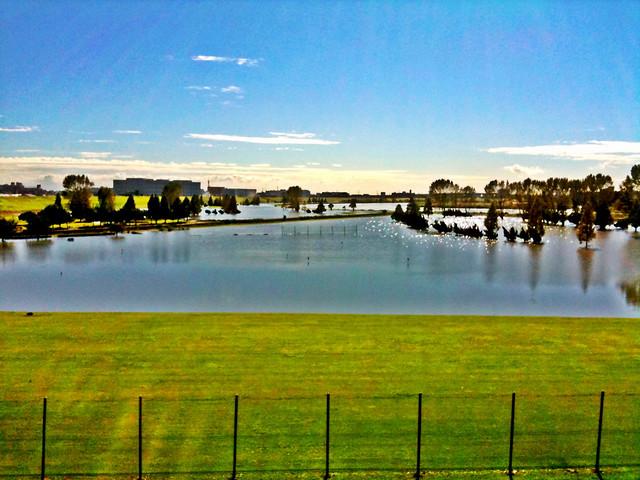 台風一過。湖にかわったゴルフうちっぱなし