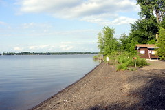 Lago Champlain / Lake Champlain (Marcio Cabral de Moura) Tags: summer usa lake tree praia beach water gua lago vermont eua champlain vero rvore 2011