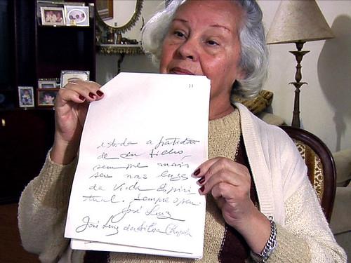 Mãe com carta psicografada do filho: vale enganar para dar alento às pessoas?