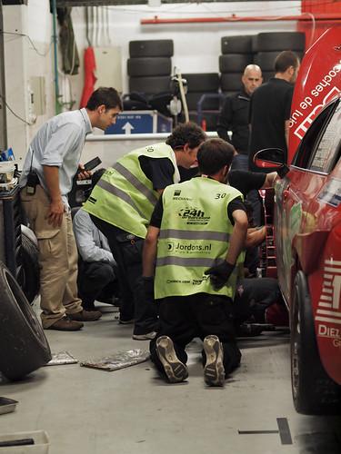 Componentes del equipo Astra segovianos manteniendo el coche