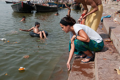 Um pedido, uma flor e uma vela... Não custa nada tentar a sorte em um lugar tão sagrado como esse (Danusa Campos) Tags: world old city trip travel viaje cidade people india color expedition rio festival river person photography photo pessoa foto retrato indian faith religion pray picture du experience sacred varanasi planet viagem antiga ser fe fotografia festa hindu sagrada cor mundo volta viajar ganges expedição planeta cerimonia rezar religiao cerimony indivíduo danusa expedi‹o danusacampos