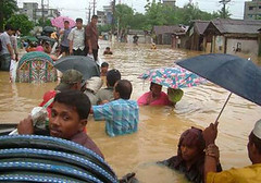 2010年10月孟加拉居民奮力與洪水對抗的情形 (trucbk99攝)