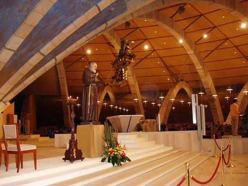 Estatua del padre Pio en la nueva Basílica