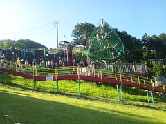 あいかわ公園の巨大ネットツリーとローラー滑り台の写真