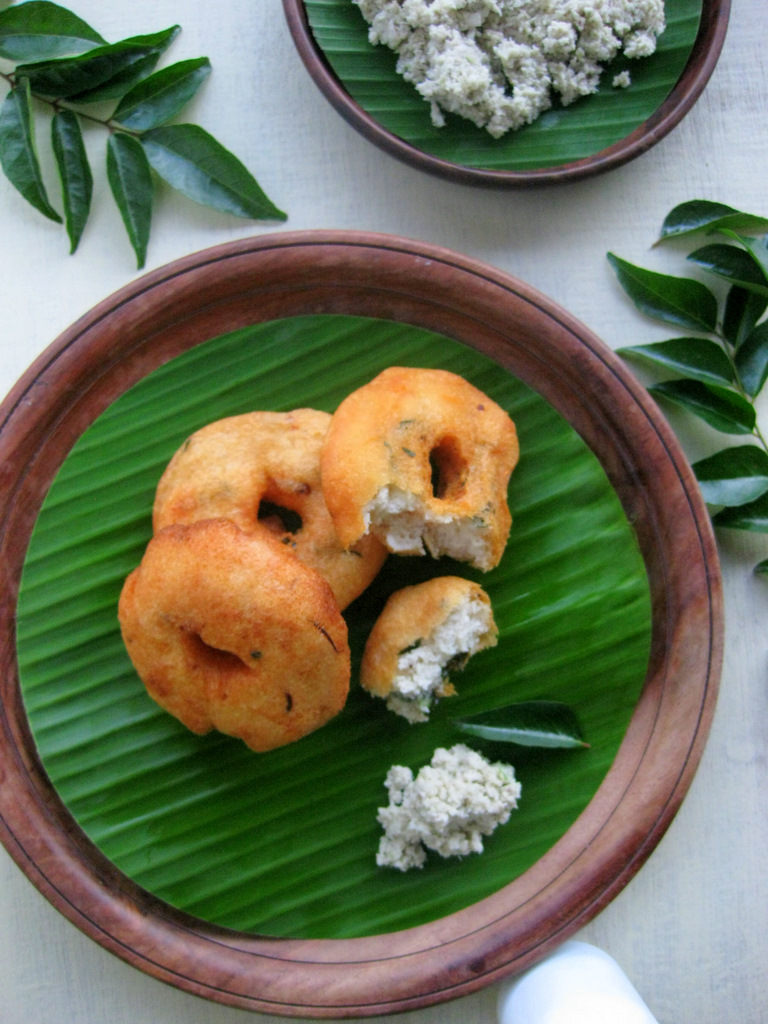 medu vada with coconut chutney