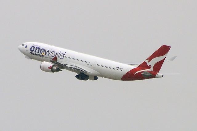 Qantas (One World) Airbus A330-203 (VH-EBL)