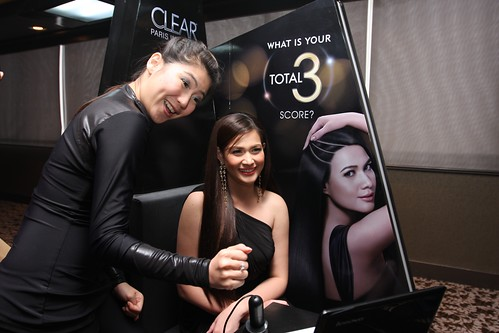 Bea Alonzo experiencing the SCALP analysis from the CLEAR Paris Institute