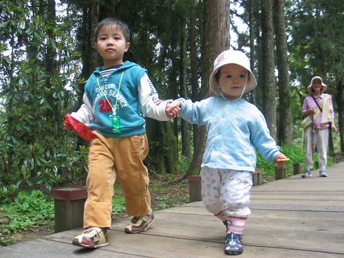 兄妹牽手漫遊步道