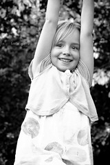 little girl (Tafelzwerk) Tags: playing cute girl smile playground klein nikon pretty dof little bokeh depthoffield littlegirl mdchen spielplatz lcheln spielen hbsch ss nikkor85mm nikkor85mmf18 kleinesmdchen d7000 nikond7000 tafelzwerk tafelzwerkde