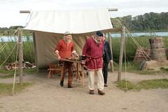 Christian Timm und Wulf Freese tragen einen Tisch bei den Wikinger Häuser in Haithabu – Museum WHH 16-09-2011