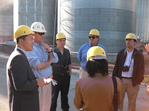 The operations manager at CGB describes the soybean marketing process to the AQSIQ team.