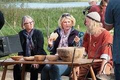 Museumsleiterin Ute Drews, Christian Timm und NDR-Reporterin Anke Harnack an dem Tisch mit Fladenbrot in dem Wikinger Museum Haithabu – WHH 16-09-2011