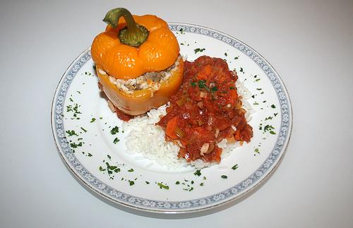 Gefüllte Paprika mit Tomaten-Möhrensauce & Reis / Stuffed Paprika with tomato sauce & rice