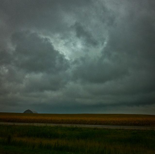Las nubes, el maíz, el granero ... y la lluvia