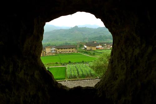 .....從砲彈孔望出的田園美景......
