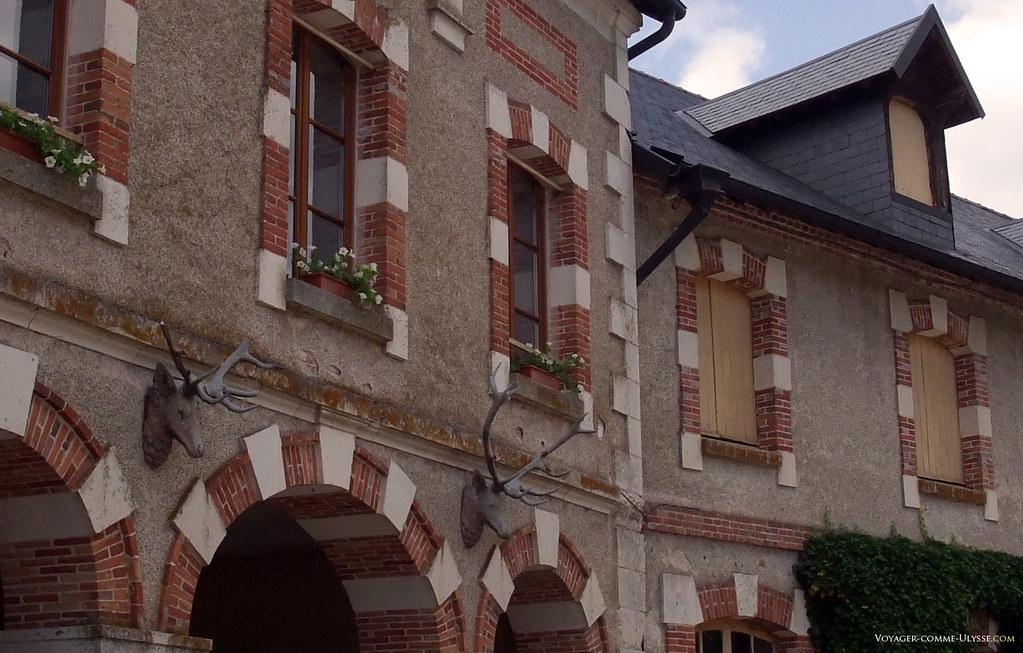 Têtes de cerfs sur la façade des écuries