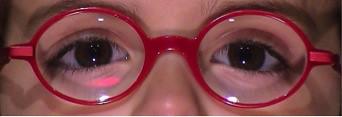 Para saber si la montura es la adecuada para su hijo debe comprobar que el ojo quede centrado con respecto a la lente y que al mirar hacia arriba y abajo siga mirando por dentro de la lente y no le moleste la montura.