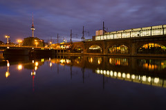 Jannowitzbrcke (Dietrich Bojko Photographie) Tags: city morning bridge light berlin germany deutschland lights mirror europe cityscape bluehour spree mirroring blackcard jannowitzbrcke dietrichbojko d7000 dietrichbojkophotographie