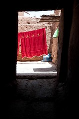 chiffon rouge (Rainer ) Tags: light shadow red rot rouge licht morocco lane maroc medina ruelle rosso schatten ouarzazate marokko gasse nikkor1685 rainer
