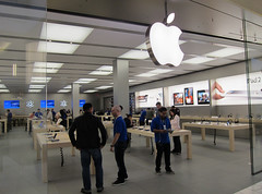 Apple store opens in Metrotown (D70) Tags: canada apple store day bc burnaby opening after 7th plenty metrotown customers opens