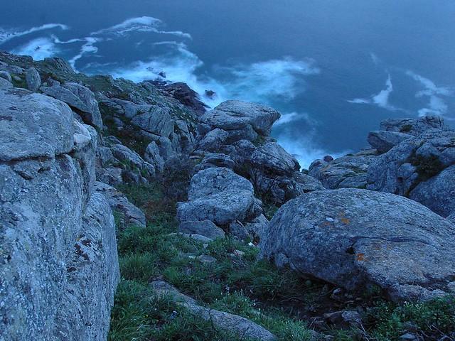 Rocas en el cabo Fisterra durante la noche