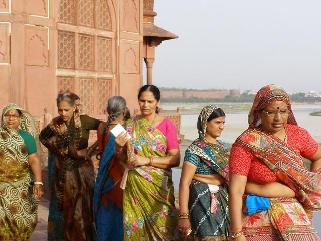 穿着纱丽的印度妇女
