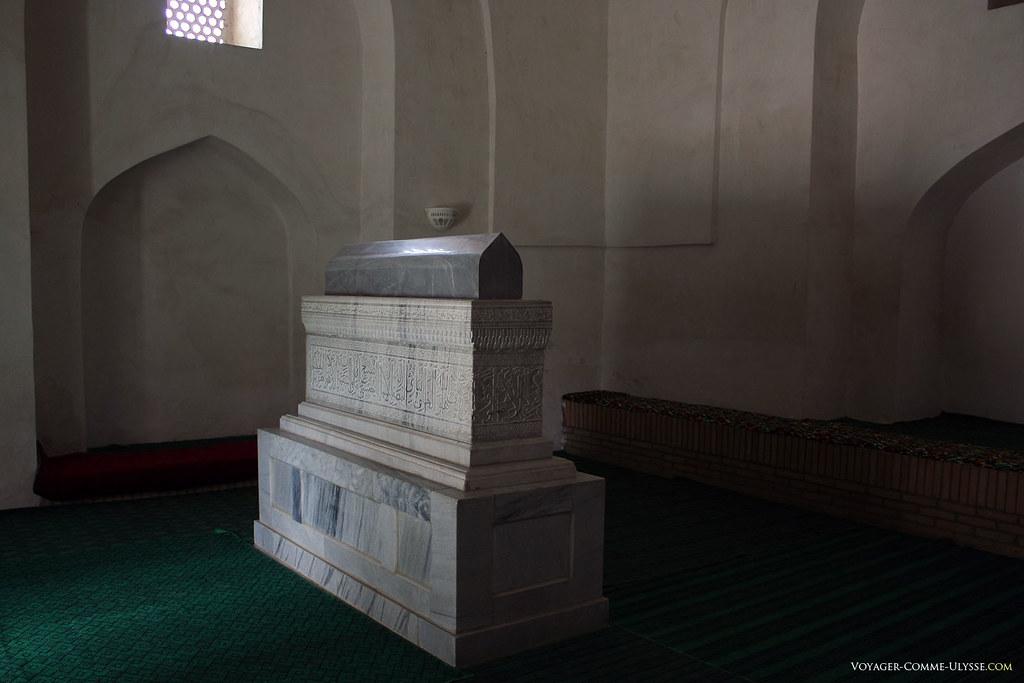 O túmulo em ônix do Cheikh Chamseddin Koulyal, conselheiro do pai de Tamerlão.