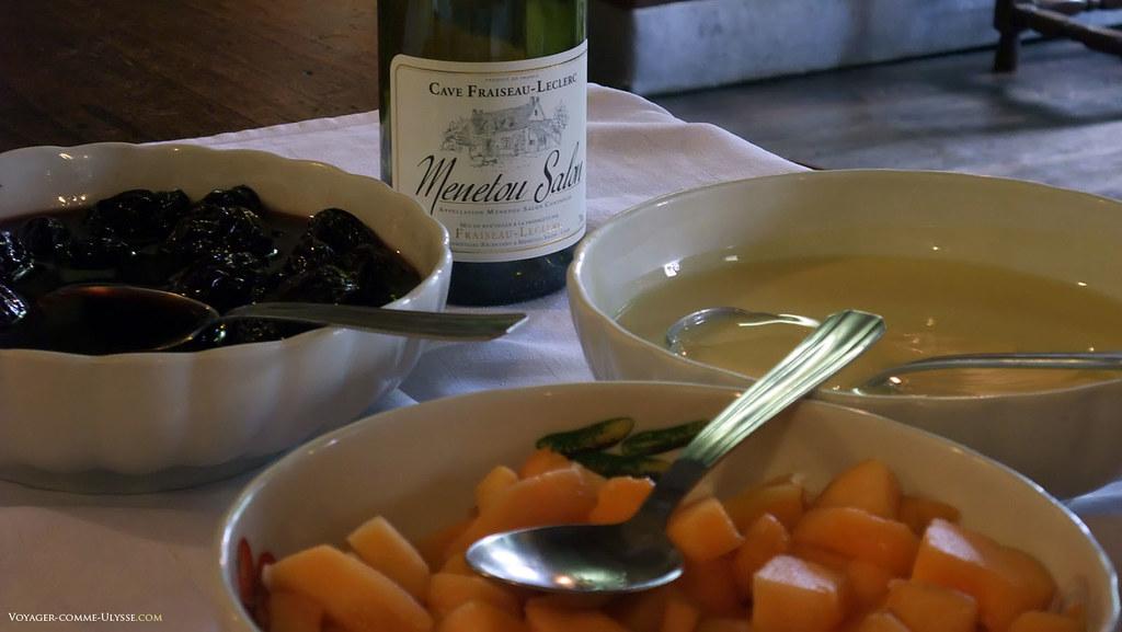 Selection de desserts, avec au fond, on le voit, une petite bouteille de Menetou Salon!