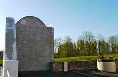 Bélus, Landes: le fronton et le puits dans la cour de l'école (Marie-Hélène Cingal) Tags: france southwest well 40 picnik fronton landes puits sudouest aquitaine paysdorthe bélus