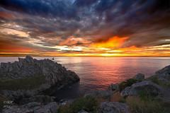 Pointe du Raz et le phare de la Vieille - La Vieille lighthouse (Ronan Follic) Tags: sunset mer sunrise brittany bretagne breizh nuages raz coucherdesoleil finistere littoral pointeduraz pennarbed cornouaille pointedebretagne