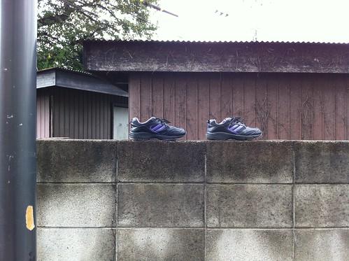 ブロック塀に靴