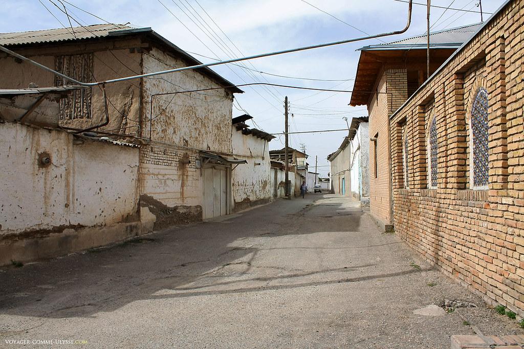A rua ao lado da mesquita, longe do luxo da grande praça em frente ao Palácio Branco.