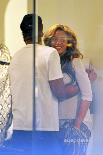 Beyonce ,Jay-z ,and Kanye west chilling together in nyc