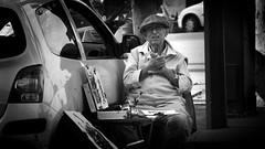 Still an artist in Paris, France 21/9 2011 (photoola) Tags: street blackandwhite bw paris france monochrome frankreich artist francia sv フランス frankrike svartvitt francja ranska франция photoola