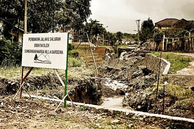 """""""perbaikan jalan & saluran dibiayi oleh sumbangan warga villa gardenia"""""""