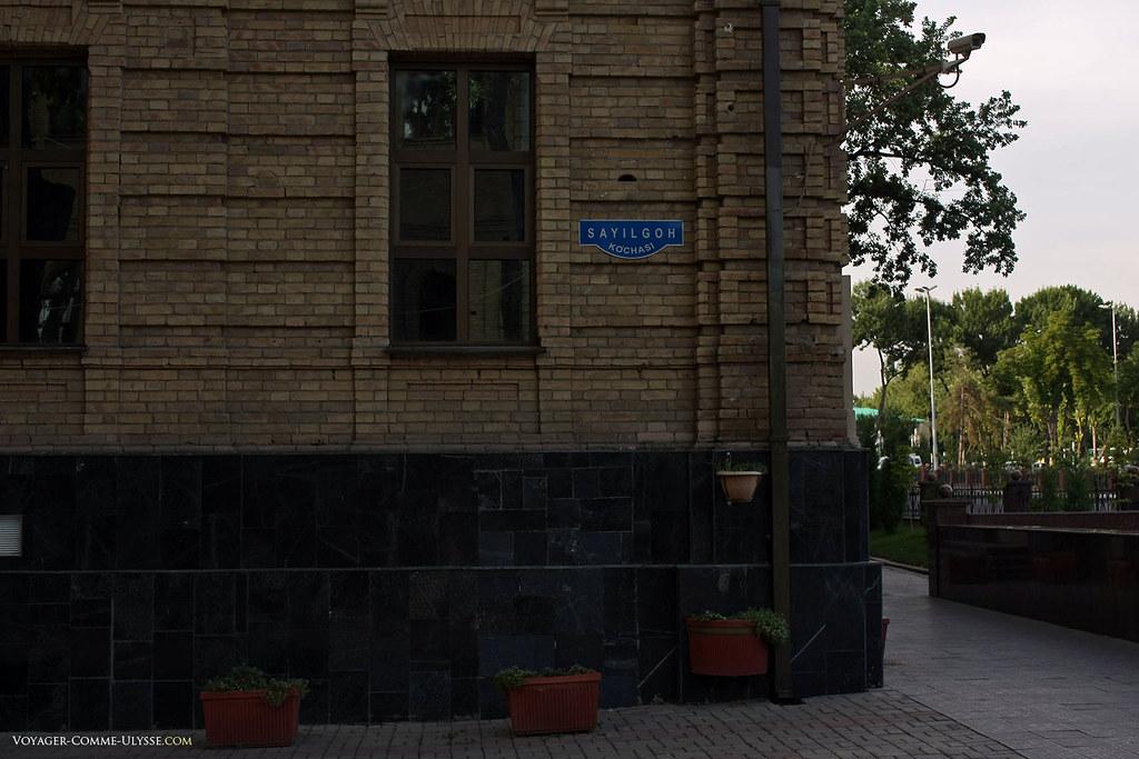 Plaque de nom de rue ouzbèk : c'est la rue Sayilgoh où se trouve la fac de droit