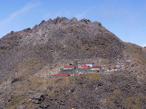 新山と山頂小屋