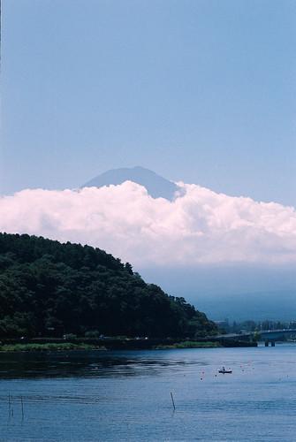 藏在雲裡的富士山