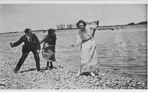 En la orilla del rio, Carmen Bellido con amigos