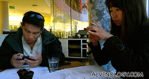 When you dine with bloggers, they will grab every chance to get online with their mobile devices