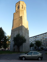 Wieza Trynitarska na tle blokow w Lubaniu (Polek) Tags: tower architecture europa europe flickr poland polska structure architektura lauban liveblog lowersilesian bu