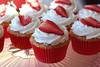 Cupcake recheio de creme de morango e cobertura de chantilly (Cavatt) Tags: cupcakes minicupcakes minibolos