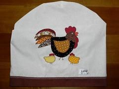 capa de galo de gua (Mi Meira) Tags: galinha dami tecido aplique aplicao patcwork capaparagalodegua capaparabombadegua